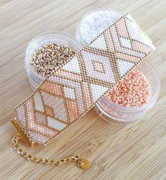 J'espère vraiment qu'il plaira à sa future propriétaire. Ce ne sont pas du tout mes couleurs et pourtant je l'adore! #nude #pink #bijoux #manchette #bracelet #gold #diy #perles #miyuki #miyukibeads #beads #tissage #peyote #tissageperles  #madeintoulouse #jenfiledesperlesetjassume