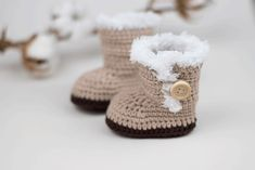 Baby shoes crochet pattern and 23 lovely crochet patterns - home decorating More Crochet baby stuff - crochet baby shoes Record of Knitting Wool rotating, weaving and stitching careers such as for exam. Simply Knitting, Easy Knitting, Knitting For Beginners, Knitting Projects, Crochet Projects, Knitting Loom Socks, How Do You Knit, Crochet Baby Shoes, Crochet Instructions