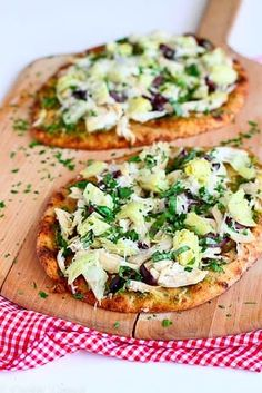A lunch-friendly pizza that won't weigh you down is a whole-wheat naan pizza with pesto, artichokes, and chicken. Get the recipe: chicken pesto artichoke naan Pizza Pesto, Pasta Pizza, Flatbread Pizza, Prosciutto Pizza, Grilled Flatbread, Healthy Pizza Recipes, Dinner Recipes Easy Quick, Easy Meals, Cooking Recipes