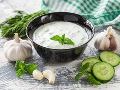poivre, concombre, yaourts, huile d'olive, ail, sel, menthe