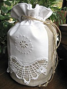 sac fourre tout forme pochon Homemade Bags, Fabric Gift Bags, Pillow Tutorial, Textiles, String Bag, Creation Couture, Rag Quilt, Handicraft, Lace Trim