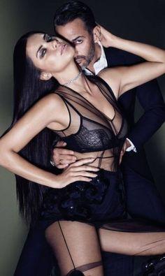 """É assim, com lingerie transparente e sexy que Adriana Lima aparece na edição de outubro da """"Elle"""" americana, ao lado do estilista Marc Jacobs, que caiu de amores pela modelo baiana Foto: Reprodução/ Elle America"""