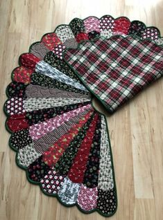 ideas diy christmas sewing crafts tree skirts for 2019 Diy Christmas Tree Skirt, Xmas Tree Skirts, Christmas Tree Skirts Patterns, Christmas Tree Pattern, Tree Patterns, Christmas Crafts, Christmas Trees, Quilting Patterns, Crochet Christmas