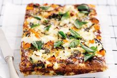 A no-crust quiche is light, low carb and perfect for breakfast, lunch or dinner. Pumpkin, leek and spinach quiche. Leek Quiche, Spinach Quiche Recipes, Quiche Crustless, Spinach Frittata, Vegetable Quiche, Spinach Pie, Cheese Quiche, Goat Cheese, Low Carb Recipes