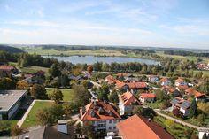 """Soyen - """"Wohnstätte an den Seen"""", das in etwa bedeutet der Name der Gemeinde Soyen, nördlich von Wasserburg. Ein beachtliches Industriedenkmal ist die Eisenbahnbrücke in Königswart. Die lange Zeit höchste Eisenbahnbrücke Bayerns überspannt in zirka 50 Meter Höhe über eine Länge von 279 Metern den Inn, der hier ein besonders tiefes Tal in die Moränenhügel- Landschaft gegraben hat."""
