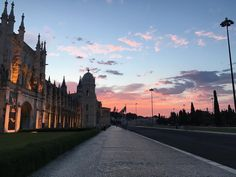 Nascer do sol cor de rosa no Mosteiro dos Jeronimos, em Lisboa, Portugal!