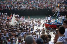 スペイン領カナリア諸島(Canary)テネリフェ(Tenerife)島にあるプエルトデラクルズ(Puerto de la Cruz)で行われた「カルメル山の聖母(Our Lady of Mount Carmel)」を祝う祭りに集まった人々(2014年7月15日撮影)。(c)AFP/DESIREE MARTIN ▼16Jul2014AFP|漁師の守護聖人祝う祭り、テネリフェ島 http://www.afpbb.com/articles/-/3020666 #Puerto_de_la_Cruz #Our_Lady_of_Mount_Carmel