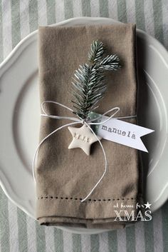 "Christmas Table Settings - ""at home for XMAS"" tutorial segnaposto natalizio Natural Christmas, Noel Christmas, Christmas 2017, Rustic Christmas, Winter Christmas, Christmas Crafts, Christmas Napkins, Simple Christmas, Christmas Name Tags"