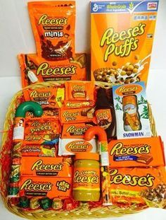Reeses Hamper DIY Christmas Baskets for Teens Craft Gifts, Cute Gifts, Diy Gifts, Holiday Gifts, Homemade Christmas, Christmas Crafts, Diy Christmas Gifts For Dad, Christmas Carol, Christmas Gift Ideas For Teens