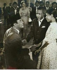 Sukarno & children guests, early is that. Old Pictures, Old Photos, Vintage Photos, Soekarno Quotes, Young Obama, Veterans Memorial, Historical Images, Founding Fathers, Jfk