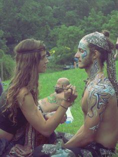 o casal anônimo no Festival de Woodstock, em 1969, fotografado por Elliott Landy.  Veja mais em: http://semioticas1.blogspot.com.br/2011/12/viagem-de-woodstock.html