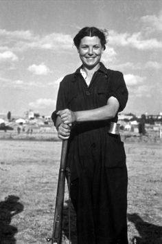 girl soldier spanish civil war.Con esta tropa...el tabor de regulares no tenía ni pá empezá.