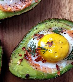 avocado met ei (uit de oven) - Powered by WP Ultimate Recipe Dinner recipes Food deserts Delicious Yummy Healthy Brunch, Healthy Snacks, Healthy Recipes, Smoked Salmon And Eggs, Low Carp, Avocado Breakfast, Avocado Dessert, Avocado Salad, Avocado Toast