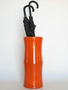 paragüero de plástico color naranja.