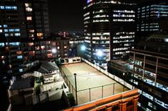 I would even consider taking some tennis lessons to play on this roof top 'terrace', Sidney - Australia (Photo by Guy Offerman)