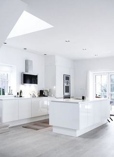 Home of a Curator all white, glossy kitchen cabinet with soft ash wood floors.all white, glossy kitchen cabinet with soft ash wood floors. Home Decor Kitchen, Kitchen Interior, New Kitchen, Home Kitchens, Kitchen Dining, Kitchen Cabinets, Minimal Kitchen, Kitchen Wood, Kitchen Ideas