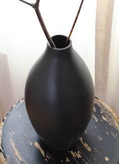 Hullaannu ja hurmaannu: Täydellinen jakkara Vase, Home Decor, Decoration Home, Room Decor, Vases, Home Interior Design, Home Decoration, Interior Design, Jars