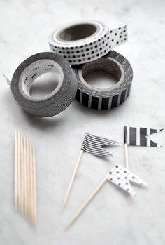 Vlaggetjes maken van cocktailprikkers en washi tape.