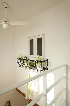 吹き抜け小窓にはアイアンのフラワーボックスで飾り付けて。