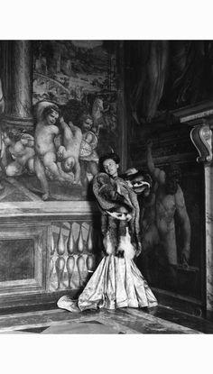 modella-con-abito-di-raso-libri-e-giacca-di-volpe-reder-roma-palazzo-della-farnesina1948-pasquale-de-antonis