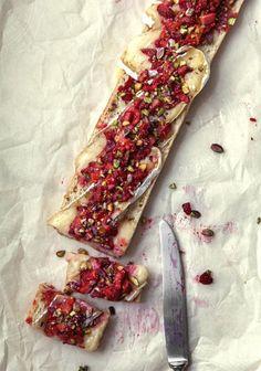 Pain au brie & salsa de fraises au balsamique