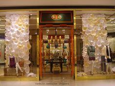 Vitrine de flores exclusivas para Tory Burch #paperflowerwall #vitrinefloresdepapel .