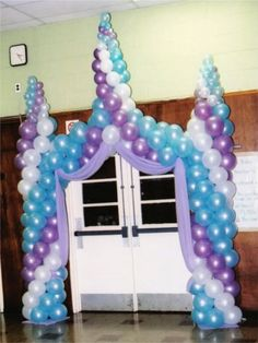 castle entrance Frozen Balloon Decorations, Frozen Balloons, Princess Balloons, Balloon Centerpieces, Balloon Tower, Balloon Display, Balloon Columns, Balloon Arch, Frozen Theme Party