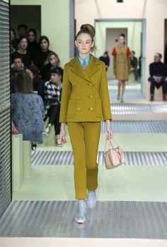 Prada FW 2015: Giacche avvitate, sovrapposizioni, i cappotti perdono le maniche sostituite da quelle della maglia indossata sotto, un riverbero di bon ton anni 60′. http://www.zoemagazine.net/42721-prada-fw-2015 #Prada #PradaFW2015 #FashionWeek #MilanFashionWeek #Catwalk #Fashion Womenswear