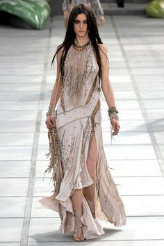 Roberto Cavalli Spring 2011 Ready-to-Wear Fashion Show : Roberto Cavalli Spring 2011 Ready-to-Wear Collection Photos - Vogue Beauty And Fashion, Look Fashion, Indian Fashion, Runway Fashion, Fashion Show, Fashion Design, High Fashion, Roberto Cavalli, Trendy Dresses