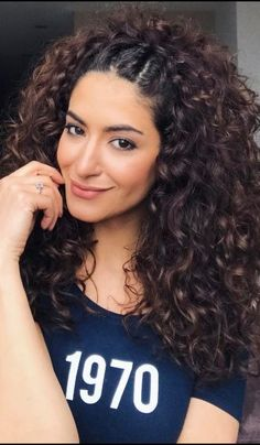 Do you like your wavy hair and do not change it for anything? But it's not always easy to put your curls in value … Need some hairstyle ideas to magnify your wavy hair? Curly Hair With Bangs, Curly Hair Tips, Short Curly Hair, Wavy Hair, Curly Hair Styles, Natural Hair Styles, Kinky Hair, Style Curly Hair, Long Natural Curls