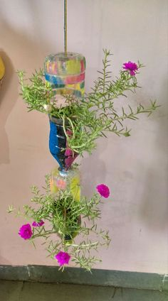 Inspirações para Vasos com Garrafas PET Plastic Bottle Planter, Reuse Plastic Bottles, Plastic Bottle Crafts, Garden Crafts, Diy Garden Decor, Garden Projects, Garden Art, House Plants Decor, Plant Decor