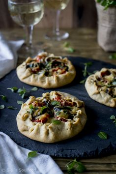 Galettes mit Auberginen, Tomaten und Käse I Galettes with eggplant, tomato and cheese Quiches, Pizza Tarts, My Favorite Food, Favorite Recipes, Tomato And Cheese, Galette, What To Cook, Food Pictures, Finger Foods