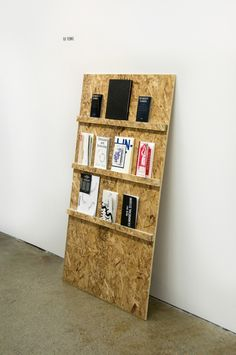 This leaning OSB book display board is great - and clearly very easy to make! Plywood Texture, Paper Texture, Book Display Stand, Wood Display, Exhibition Display, Museum Exhibition, Display Design, Display Ideas, Retail Design