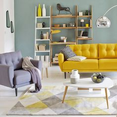 Touche couleur dans le salon avec ce canapé vintage jaune moutarde