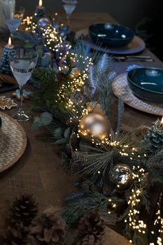 Christmas Dining Table, Christmas Table Centerpieces, Christmas Table Settings, Christmas Tablescapes, Xmas Decorations, Holiday Tables, Traditional Christmas Tree, Modern Christmas, Simple Christmas