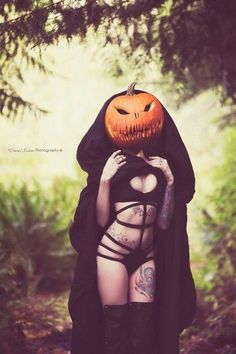 Tagged with Halloween, ; Shared by Happy Devils Night :) Photo Halloween, Halloween Fotos, Halloween Queen, Halloween Pictures, Halloween 2018, Vintage Halloween, Halloween Costumes, Happy Halloween, Halloween Tattoo