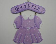 Placa vestido. Placa em mdf com pintura acrílcia, motivo vestido, com o nome do bebê na parte superior.  Pode ser usado como porta maternidade e para enfeitar o quarto da menina.  Fazemos também em outras cores, R$92,00