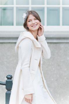 Mantel zum Brautkleid für die Hochzeit im Herbst und Winter aus warmer Schurwolle mit großer Kapuze  (www.noni-mode.de - Foto: Le Hai Linh)
