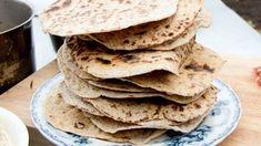 Godt og velduftende! For at de tynne brødene skal bli ekstra sprø kan de tørkes i ovnen på cirka 100 grader etter at de er stekt. Svenske Tareq Taylor kaller dem for knäckebröd, men de minner mer om flatbrød.