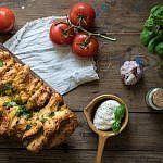 Faltenbrote sind der Hit auf jeder Grillparty! Dieses Faltenbrot ist mediterran angehaucht, da es mit Mozzarella und Tomate ist! Es ist ganz einfach