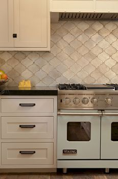 Are you looking for some fantastic ideas for your new kitchen backsplash ? Installing a new backsplashk is a great way to update your kitchen without going through a full remodel. Kitchen Wall Tiles, Kitchen Flooring, Kitchen Backsplash, Backsplash Ideas, Backsplash Arabesque, Arabesque Tile, French Country Kitchens, Modern Farmhouse Kitchens, Beautiful Kitchens