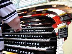 David Calendine explains how the organ console works.