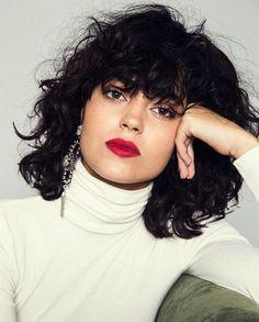 Tem tendência nova bombando nos salões de beleza: curly hair with fringe! Agora, as cacheadas adotaram as franjas de vez - acabando permanentemente com ess