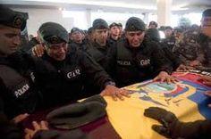 Los policías regresaron al Regimiento Quito No.1, mientras periodistas, médicos y civiles salían del Hospital. Llantas quemadas, casquillos, piedras… yacían en el sector. Pequeños grupos permanecían junto a fogatas para calmar los estragos del gas lacrimógeno.