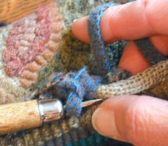 Crochet Edge tutorial - Karen Kahle(need more info) Rug Binding, Hook Punch, Latch Hook Rugs, Rug Hooking Patterns, Rug Inspiration, Hand Hooked Rugs, Wool Art, Penny Rugs, Karen
