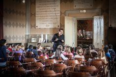 """SI CANTA E SI BALLA - A cura di Rodolfo Santandrea.  È bello dare un senso poetico alla Scuola; è senz'altro utile avvicinare i piccoli al loro primo strumento attraverso una visione fiabesca, si potranno così raggiungere i primi suoni """"sonori"""" del Flauto e del Glockenspiel attraverso il racconto iniziale del maestro che guiderà i più piccoli nel percorso di avvicinamento al mondo della musica."""