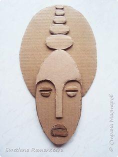 Cardboard Mask, Cardboard Sculpture, Cardboard Crafts, Clay Crafts, Sculpture Art, Arts And Crafts, Paper Crafts, Afrique Art, Art Africain