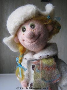 Купить или заказать кукла Юлька в интернет-магазине на Ярмарке Мастеров. Авторская кукла,выполненная в технике сухого валяния.Внутри проволочный каркас,что позволяет двигать ручками ,ножками и головой(в разумных пределах).Стоит самостоятельно. Пальто,шарфик,валеночки и портфель выполнены путем мокрого валяния. ......Юлька любит пошалить,она милая и смешная девчонка,какими были многие из нас.....