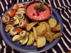 Auch das Abendessen von Miri ist einfach fantastisch: mediterranes Backofengemüse und Rosmarinkartoffelspalten mit Johannisbeer-Chili-Basilikum Dip
