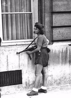 Simone Segouin, an 18 year old French Resistance fighter, during the liberation of Paris. Antigua Yugoslavia, Old Photo Effects, Liberation Of Paris, French Resistance, Rare Historical Photos, Military Women, Pictures Online, Freedom Fighters, 8th Of March